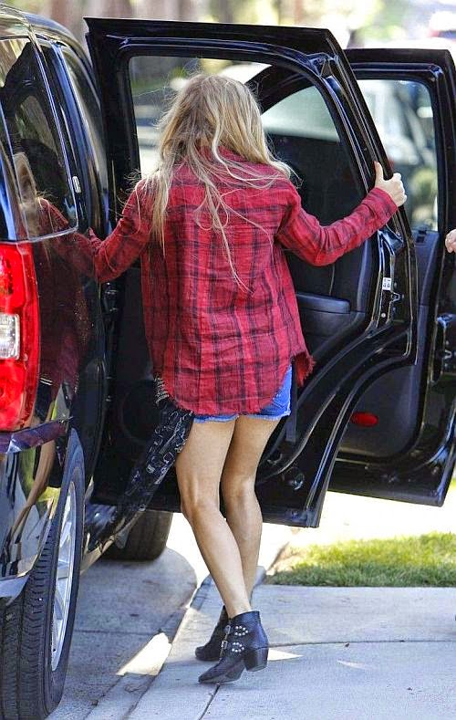 We're not gone lie if her book work of Jeans FASHION agenda is really working for us. Cause short shorts sure look good on the singer, Fergie The blonde beauty was snapped at Brentwood, Los Angeles on Thursday, September 11, 2014
