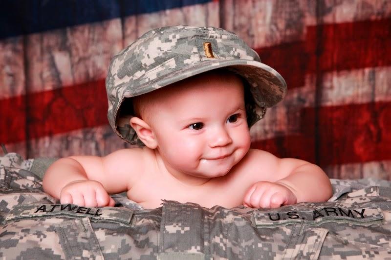 Foto bayi lucu banget pakai topi tentara