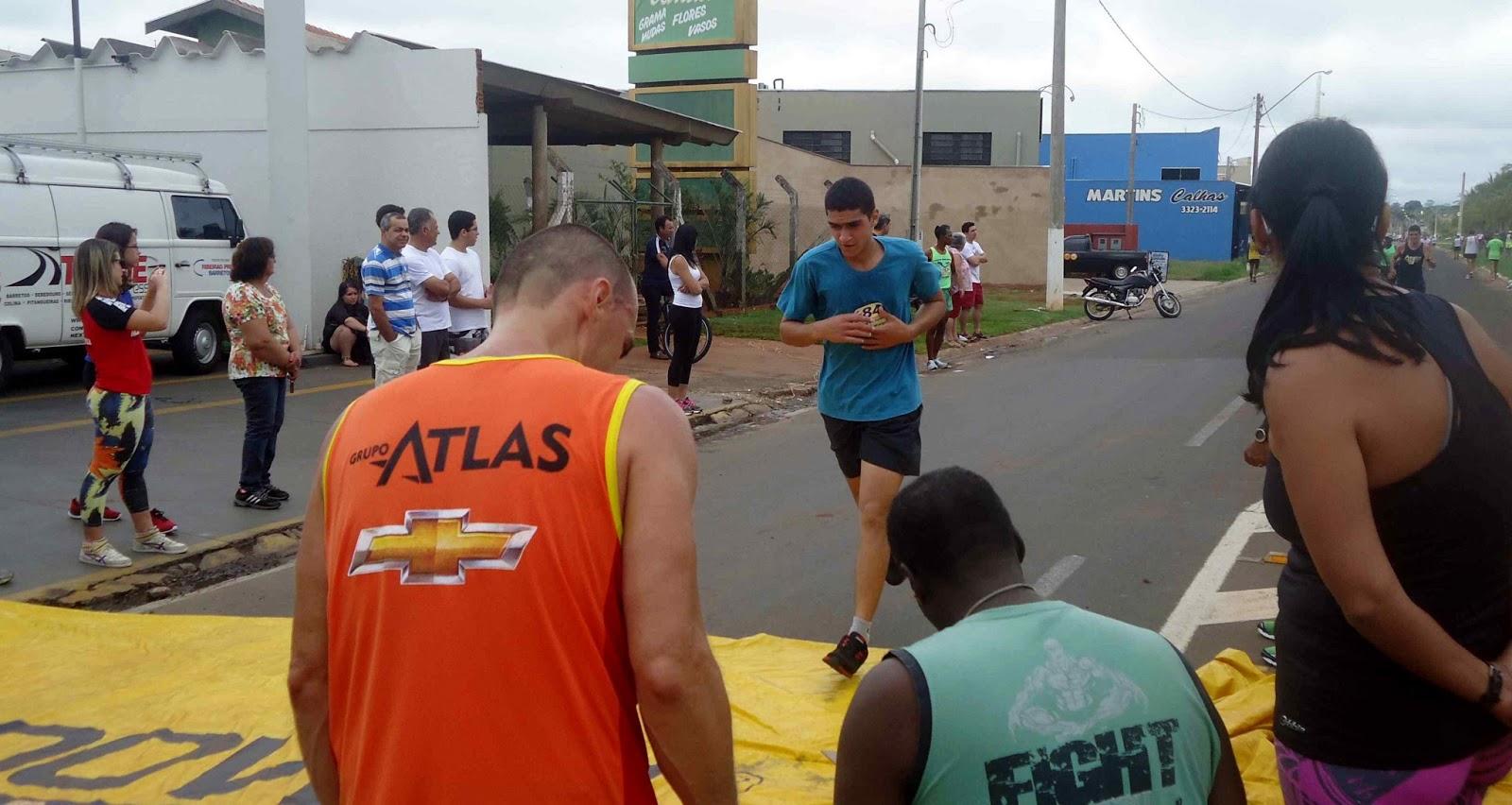 Foto 103 da 1ª Corrida Av. dos Coqueiros em Barretos-SP 14/04/2013 – Atletas cruzando a linha de chegada