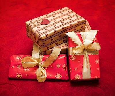 http://4.bp.blogspot.com/-cVOA6-KWoRI/Tlv6NhXNmbI/AAAAAAAAAgY/mBZrywGyLYY/s400/christmas-gifts1.jpg
