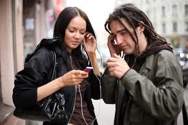 Hasta un 20% de los jovenes tienen problemas auditivos.