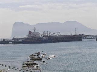 Barco petrolero en el Estrecho