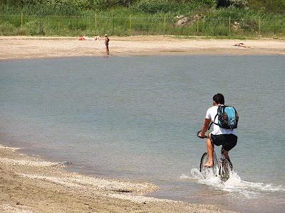 Cu bicicleta in mare