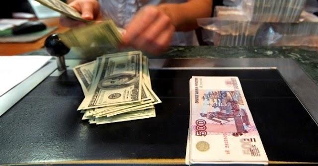 Dấu hiệu chiến tranh: Dân Nga ồ ạt đổi tiền, ngân hàng cạn ngoại tệ