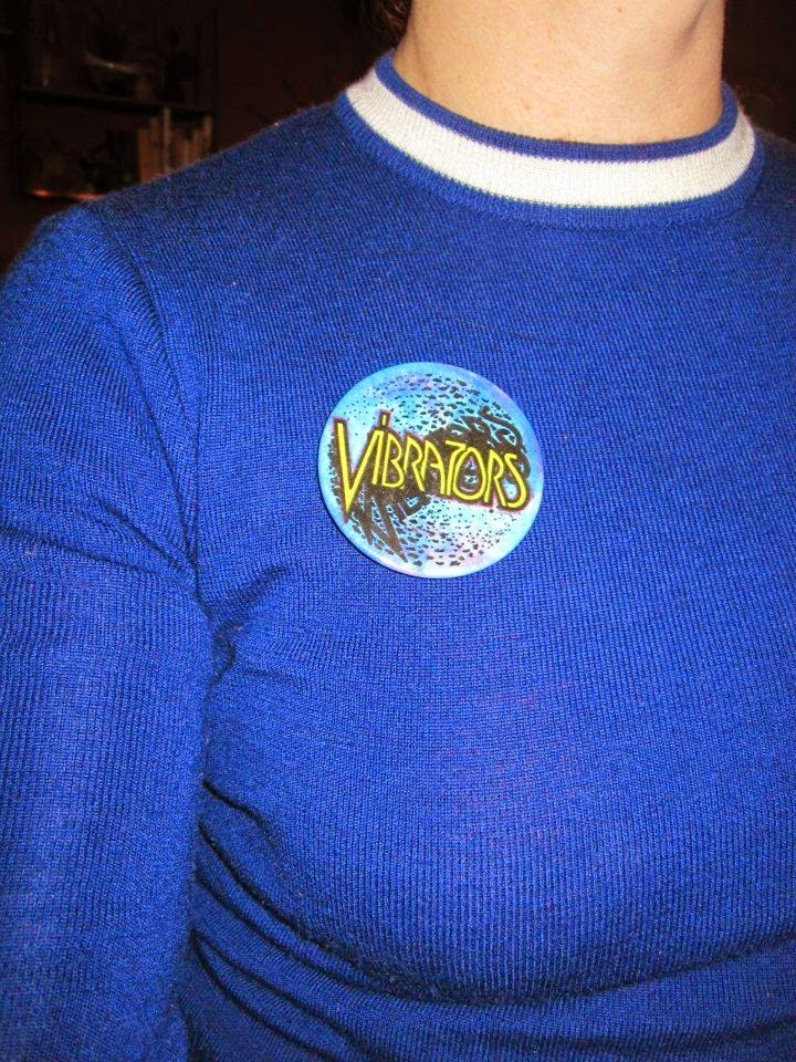 "The Vibrators et leur Automatic Lover ,   les Members et Noddy ""Slade"" Holder ,  les badges, c'est super duper !  vintage badge pinback pin button yellow punk glam rock large big kbd sound of suburbs"