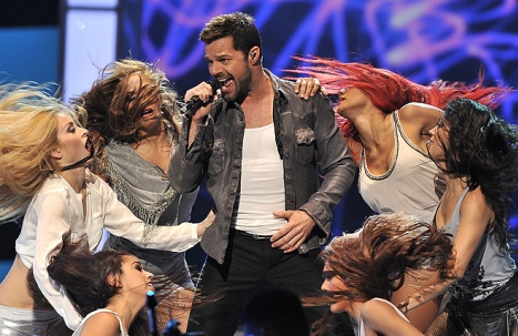 http://4.bp.blogspot.com/-cWhc48lzPBM/TpZO9S-aYtI/AAAAAAAADL0/MG1oS5S3Q8o/s1600/ricky-martin-show_1_0.jpg