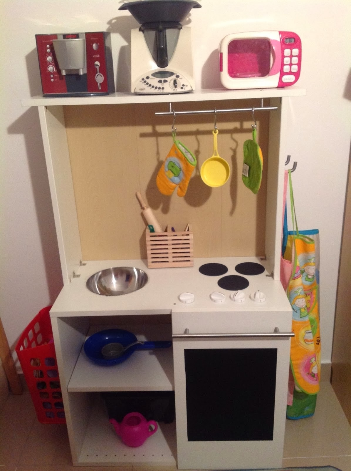Una cocina de juguete en un mueble faktum mi llave allen for Cocina ninos juguete