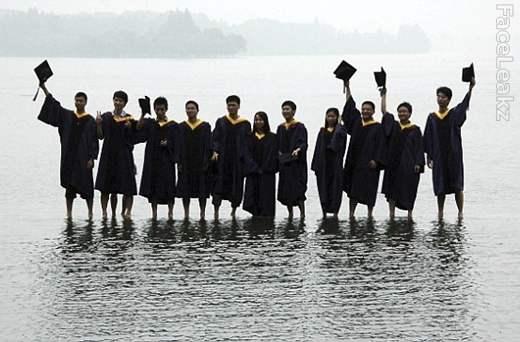 Mahasiswa Cina Melawan Gravitasi Bumi Dengan Berjalan di Atas Air -- foto -- FaceLeakz