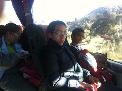 La imagen muestra a varios afiliados sentados en el autobús mientras viajamos hasta Granada.