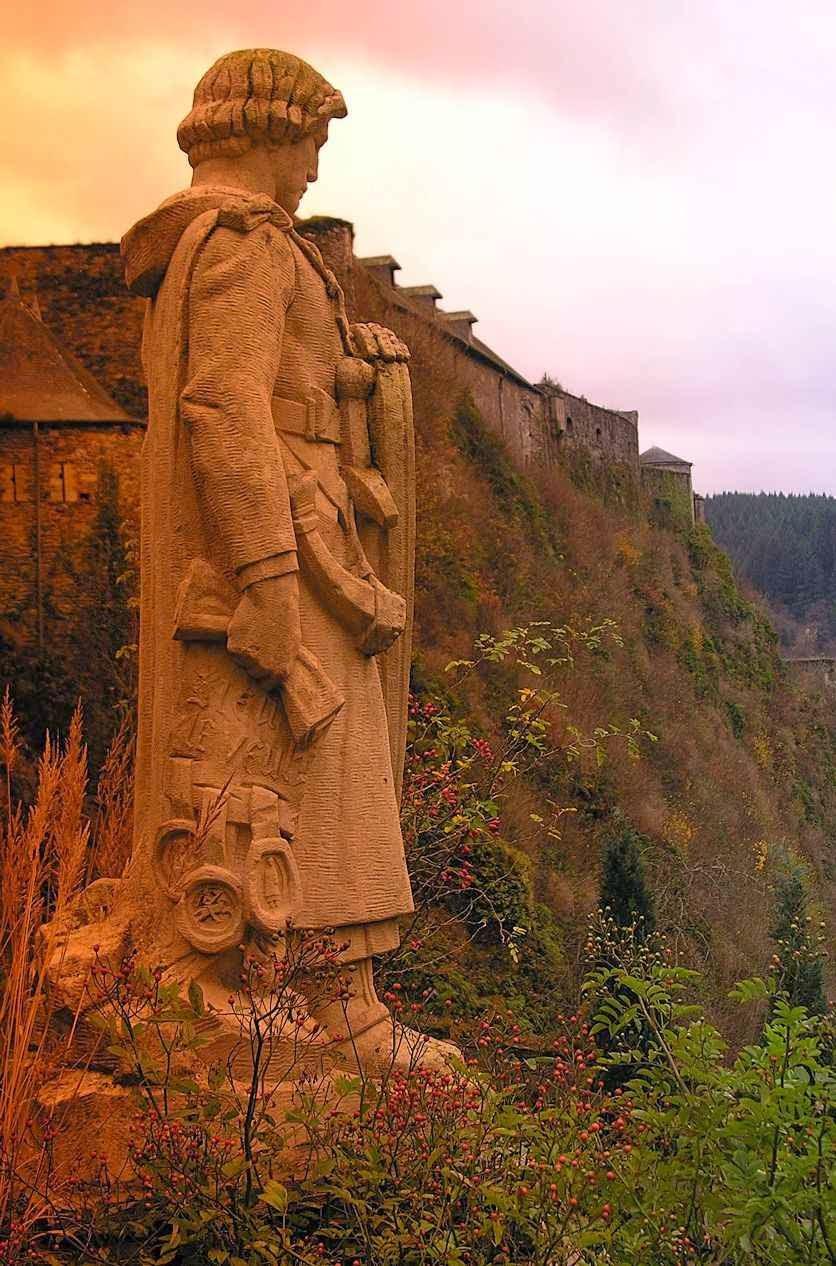 Estátua de Godofredo. No fundo: castelo de Bouillon