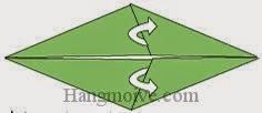 Bước 4: Mở lớp giấy trên cùng ra, kéo hai cạnh giấy về bên trái.