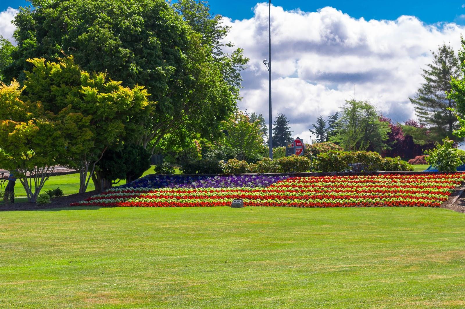 За аркой на американской стороне парка можно увидеть американский флаг, высаженный цветами.