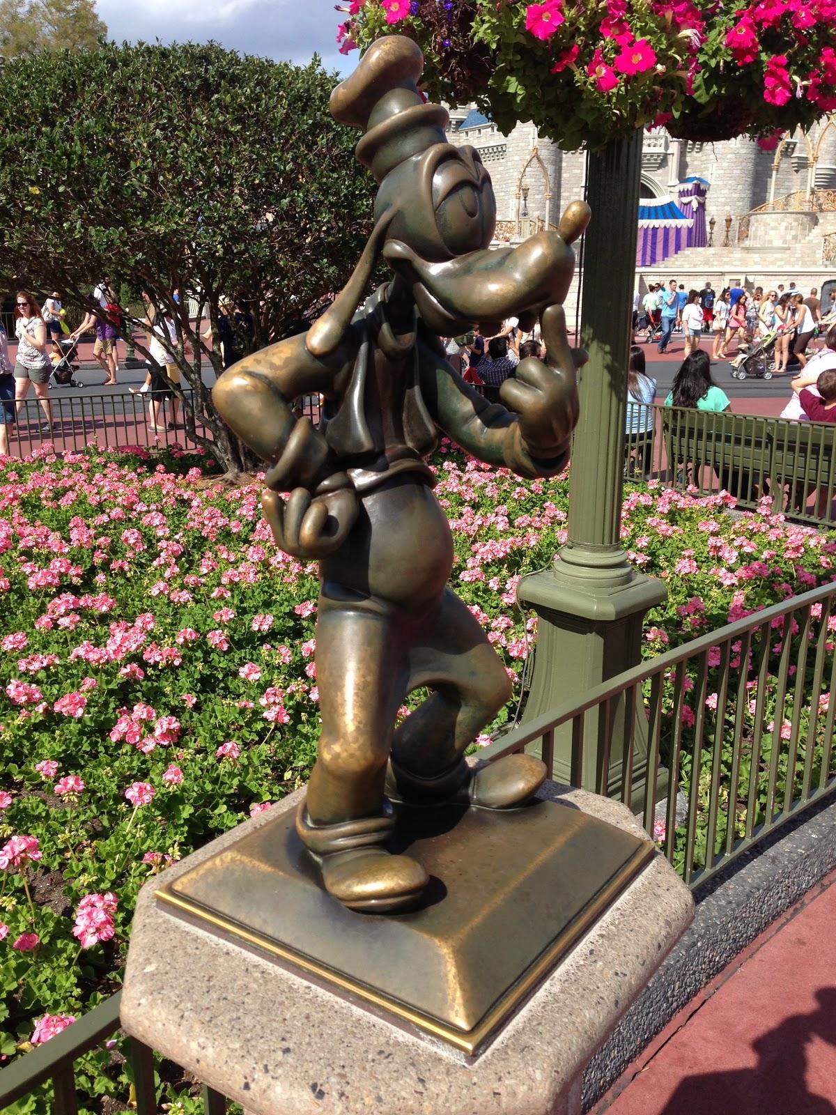 Digital Disney World: DDW Pic 547. Goofy Statue