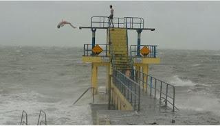 Uji Nyali, Dua Pria Melompat ke Laut Saat Badai