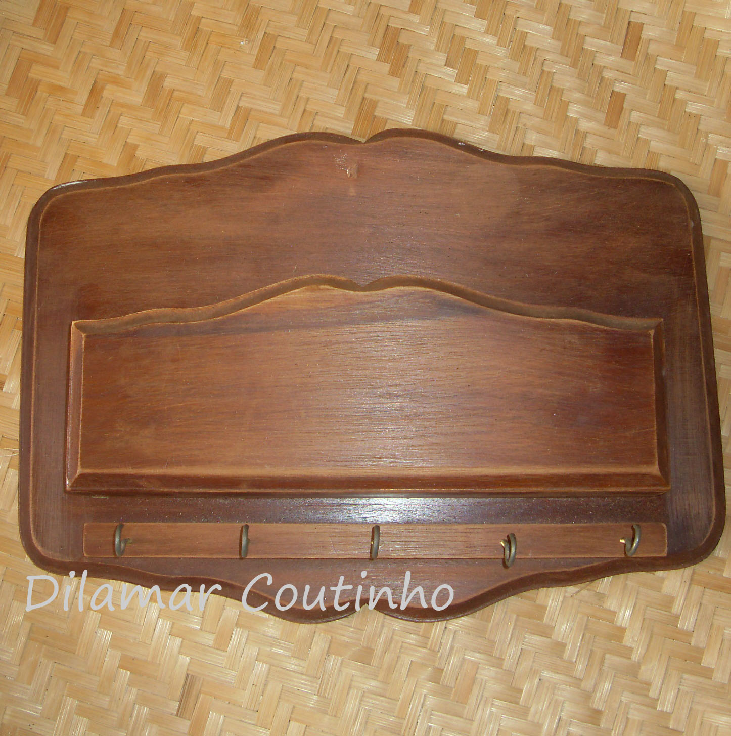com o descarte: PORTA CHAVES DE MADEIRA RENOVADO COM BORBOLETAS DE PET #4C2D1E 1446x1455