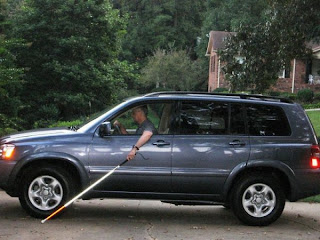 Lude slike, slijepac vozi auto