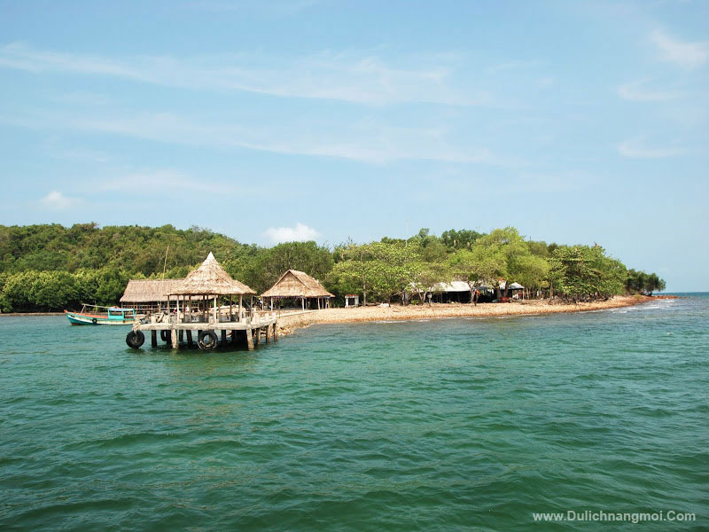 Bến tàu lên tham quan 1 đảo nhỏ trong quần thể Đảo Bà Lụa vẫn còn chút hoang sơ