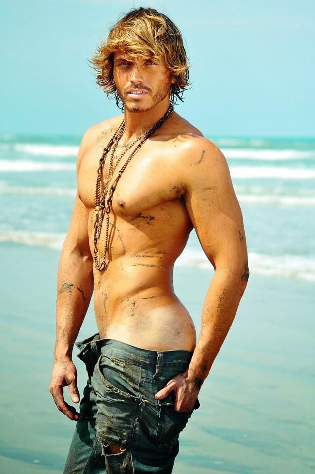 Sem camisa, Franklin David faz pose sensual em ensaio para a revista espanhola Gente. Foto: Rodrigo Marconatto