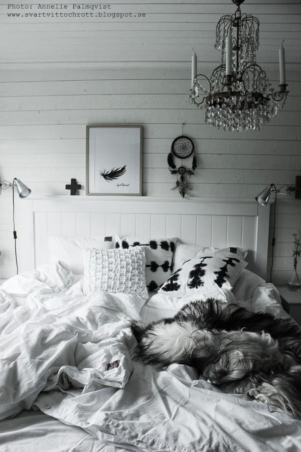sovrum, inspiration, inredning, insteriör, vitt, vita, vit liggande panel, batikkuddar, svartvita kuddar. virkad, sänggavel, sänggavlar, trägavel, kors, artprint, artprints, prints, konsttryck, tavlor, tava i sovrummet, spot, klämspot, sänglampa, drömfångare