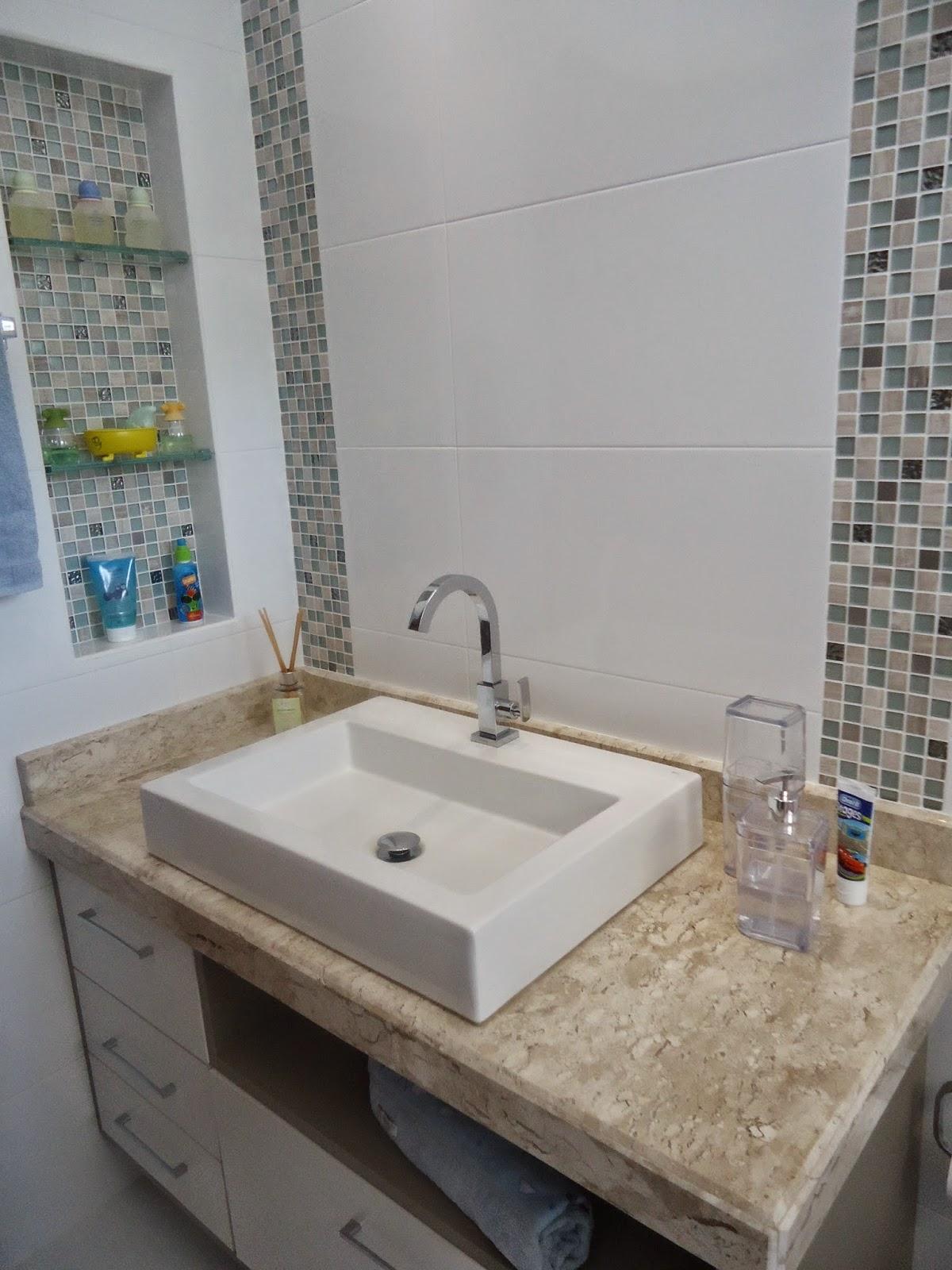 Bianca Monteiro: Nichos e pastilhas de vidro em banheiro infantil #466169 1200 1600