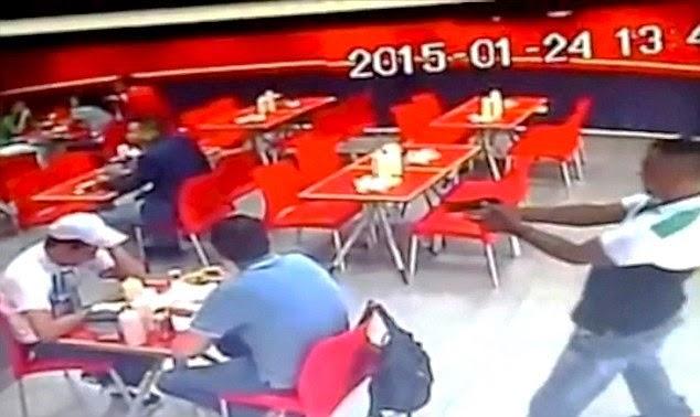VIDEO Tengah Sedap Sedap Makan Kena Tembak Di Kepala