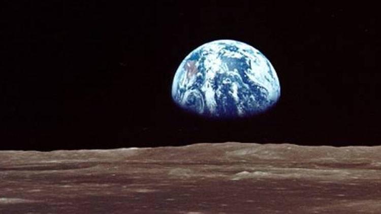 La tierra influye en la topografía de la Luna