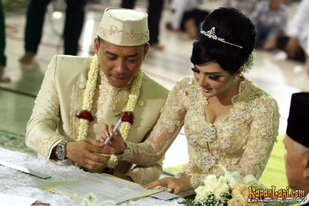 foto Pernikahan Anang dan Ashanty tanda tangan surat nikah