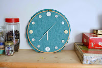 http://vickymyerscreations.co.uk/tutorial-2/diy-embroidery-hoop-clock/