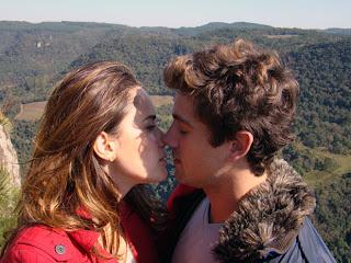 Ana beijando Rodrigo em A vida da gente
