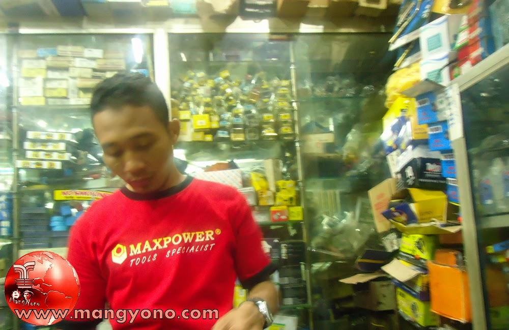 "Karyawan Teknik Jaya ""Kudil"" sedang menyiapkan barang teknik pesanan dari pembeli"