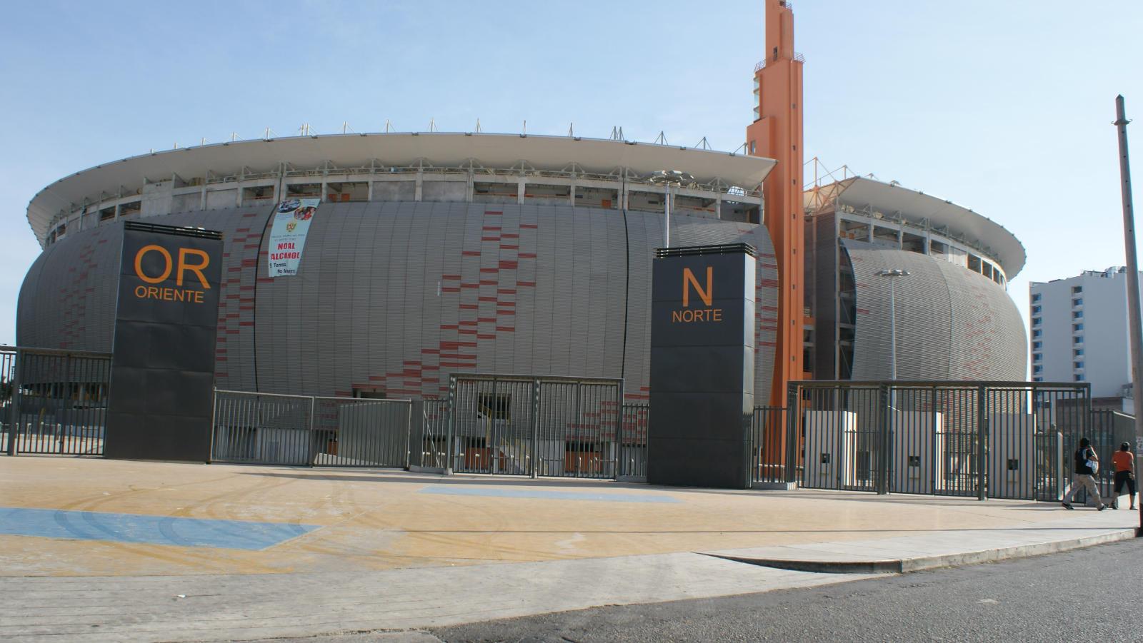Monumentos por el centenario del per el reloj del parque for Puerta 9 del estadio nacional de lima