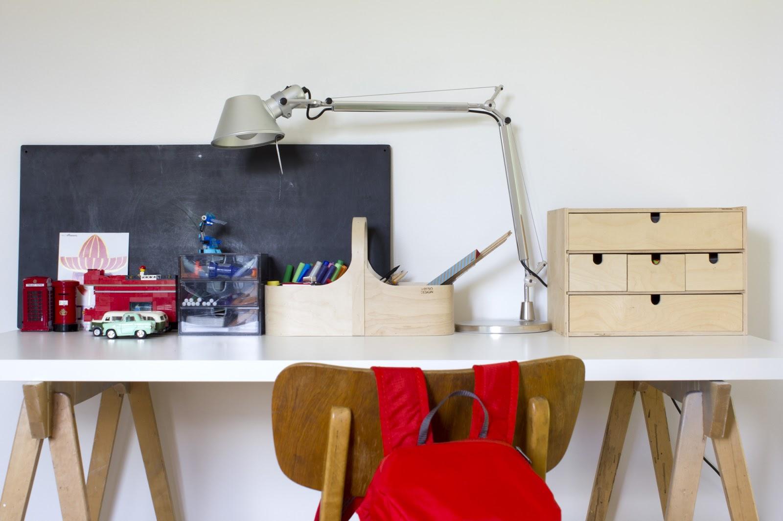 Lastenhuoneen koululaisen pöytä
