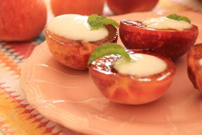 Receita de Pêssegos Grelhados com Iogurte e Hortelã