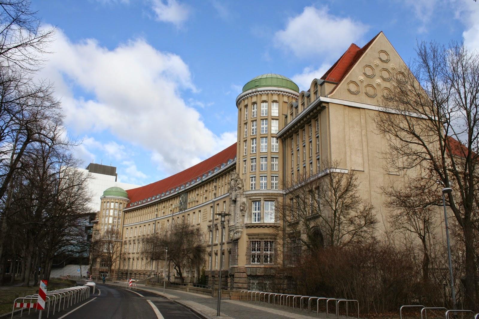"""Das Hauptgebäude der """"Deutschen Bücherei"""" von der Seite - heute gehört dieses zur """"Deutschen Nationalbibliothek"""""""