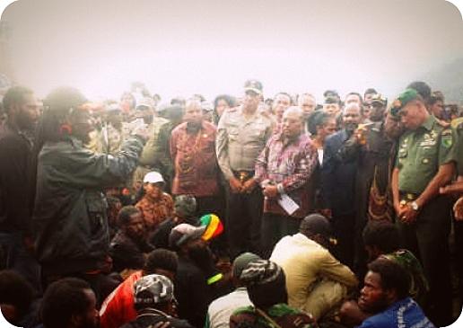 Lukas Enembe Berdialog dengan 350 Anggota TPN/OPM Puncak Jaya
