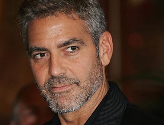 George Clooney con una barba de una semana-10 días.