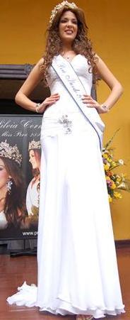Silvia Cornejo con hermoso vestido blanco