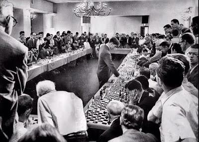 Le grand-maître d'échecs azéri Namig Guliyev félicité par Tatiana Kostiuk - Photo © Chess & Strategy