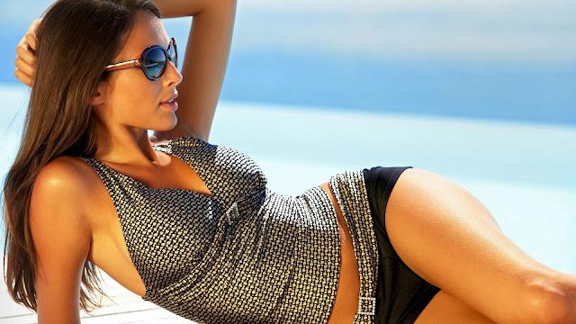 Hot Beach Girl HD Wallpaper