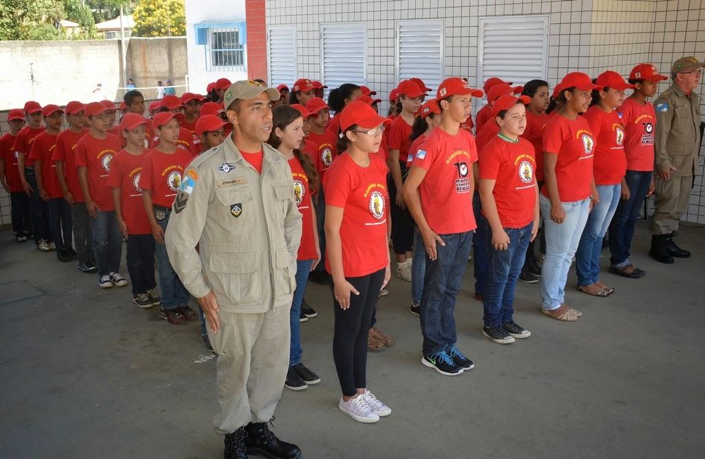 Alunos da E. M. Monsenhor Bennassi, que fizeram o curso de bombeiro-mirim, participam da comemoração