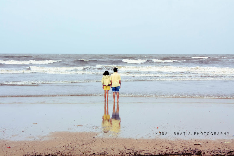 minimal simple photo of standing man and woman on juhu beach in mumbai india by mumbai photographer kunal bhatia