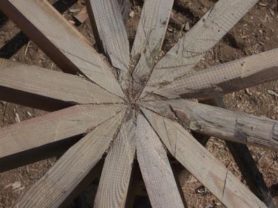 Соединение балок звездочкой для круглого дома из соломы