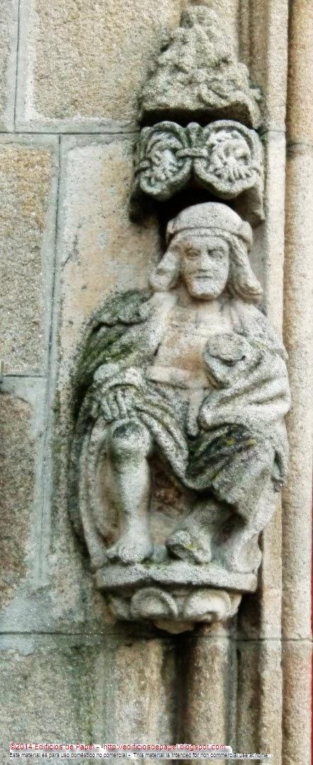 Otra de las esculturas en el arco carpanel de la fachada