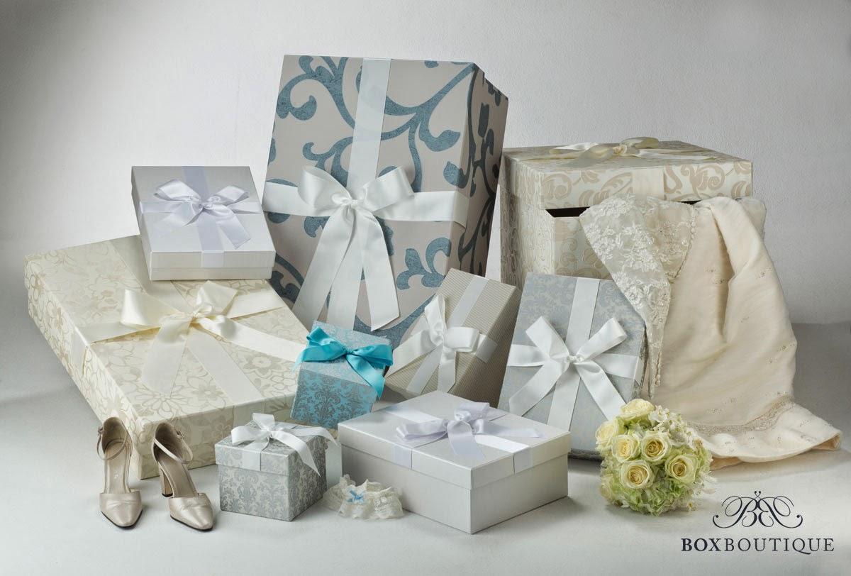 Auf dem Bild sehen Sie eine Auswahl der aktuellen Designs unserer Brautkleidboxen
