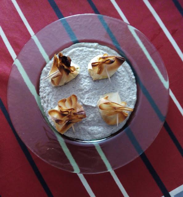 Pasta brick relleno de puerro con crema de champiñones