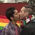 Grupo promove 'beijaço' contra TV peruana por advertência em cena de 'Amor à vida'