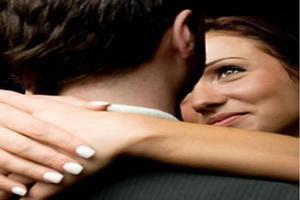 الأخذ والعطاء مفاتيح العلاقة الناجحة بين الرجل والمرأة - امرأة تحب تحتضن تحضن رجل