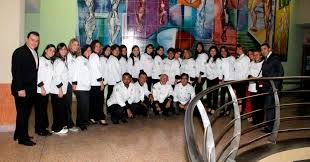 Carlos Fierro con un grupo de egresados del Diplomado en Gastronomía de la UJAP