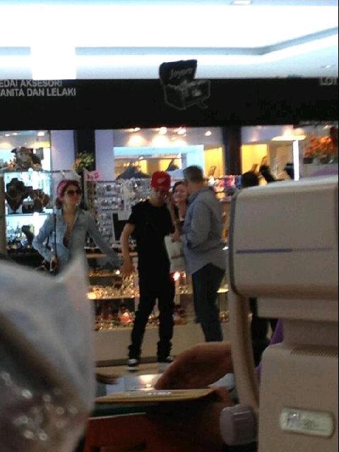 Gambar Justin Bieber Dan Selena Gomez Dilihat Di Wangsa Walk