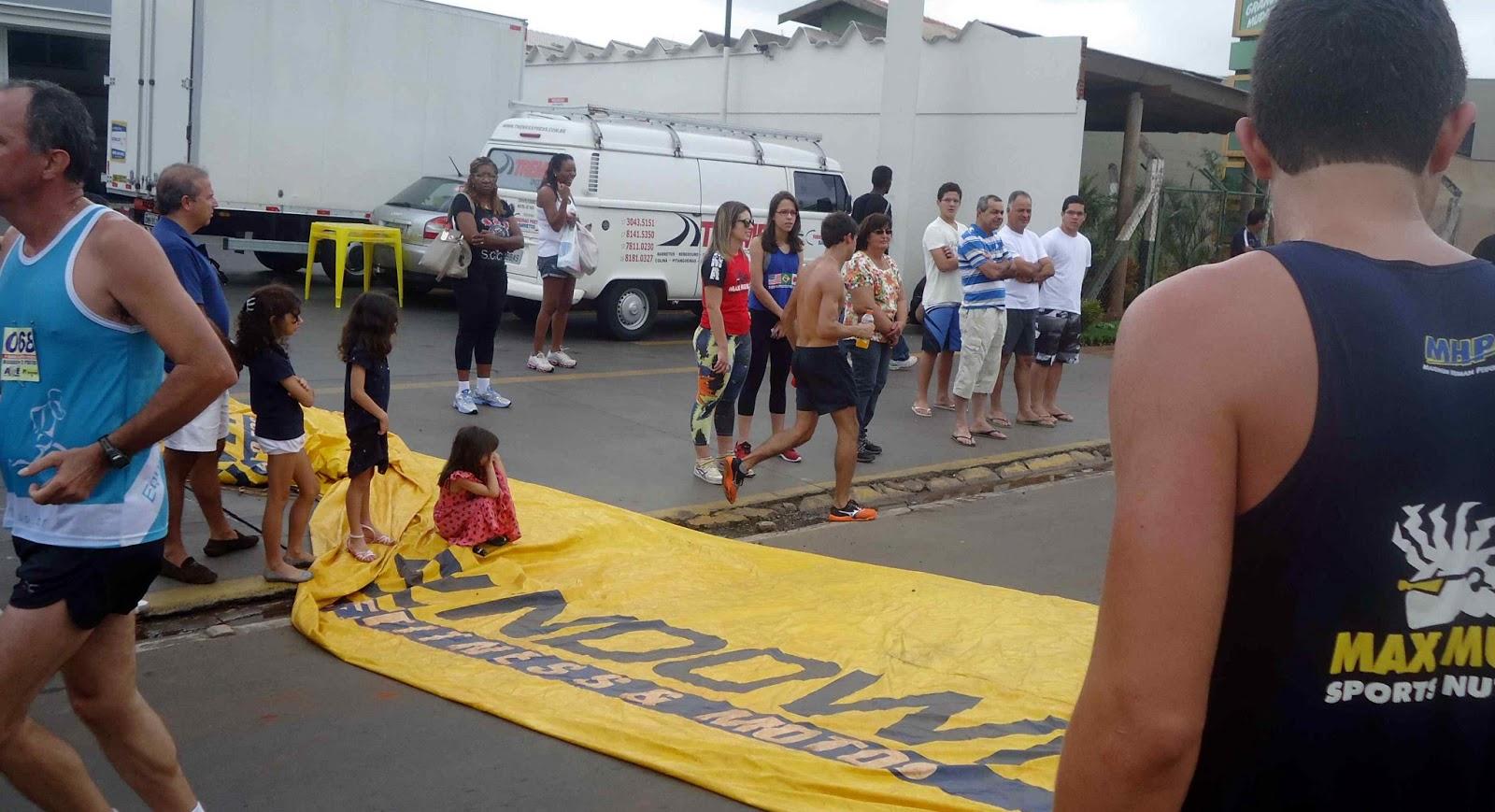 Foto111 da 1ª Corrida Av. dos Coqueiros em Barretos-SP 14/04/2013 – Atletas cruzando a linha de chegada